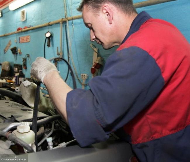Установка нового ремня генератора на двигатель 1,5 л автомобиля Митсубиси Лансер 10 серии