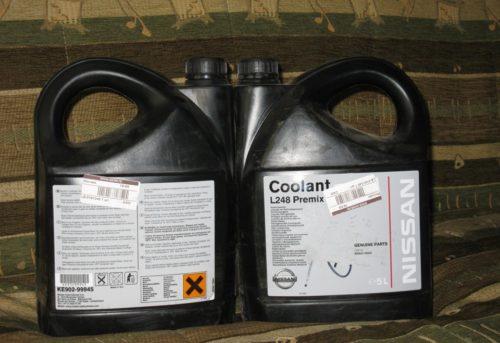 Шесть литров антифриза NISSAN KE902-99945 в канистрах разной емкости для двигателя 1,5 л автомобиля Митсубиси Лансер 10