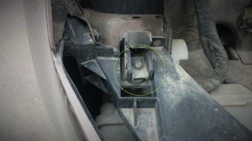 Пластиковый фиксатор фары головного света в подкапотном пространстве Фольксваген Поло седан