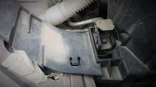 Пластиковое крепление головной фары в седане Фольксваген Поло