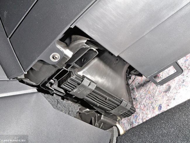 Крышка фильтра салона слева от вещевого ящика в Фольксваген Поло седан