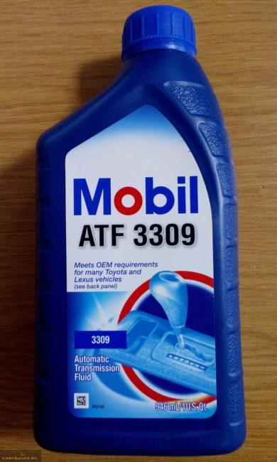 Синяя канистра с новым маслом Mobil ATF 3309 для замены в коробке-автомате седана Фольксваген Поло