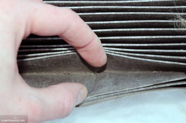 Пыль в бумажных складках старого фильтра салона Фольксваген Поло седан