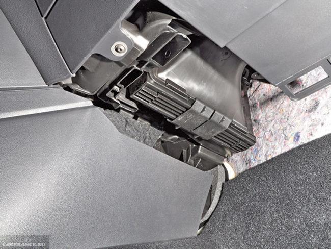 Скобы-фиксаторы на крышке салонного фильтра в Фольксваген Поло седан