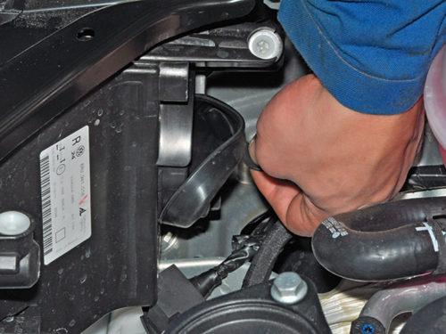 Демонтаж защитного чехла с передней фары автомобиля Фольксваген Поло седан