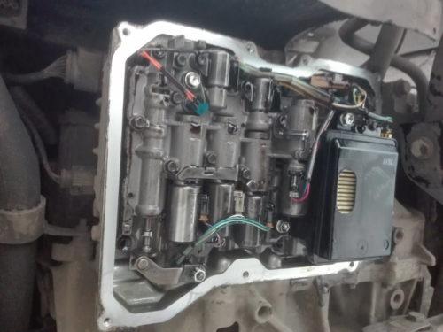 Новый масляный фильтр на коробке-автомат автомобиля Фольксваген Поло седан