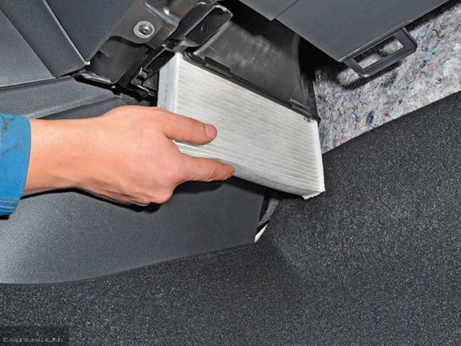 Замена салонного фильтра на автомобиле Фольксваген Поло седан