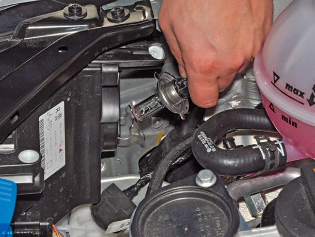 Замена своими руками лампы головного света в автомобиле Фольксваген Поло седан