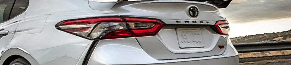Тойота Камри 2020 модельного года вид сзади в белом цвете