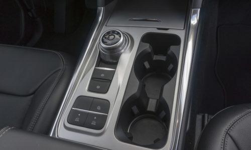 Органы управления трансмиссией на центральном тоннеле в Форд Эксплорер 2020 года производства