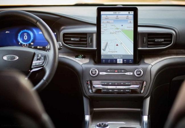 Вертикальный планшет на приборной панели внедорожника Форд Эксплорер 2020 года