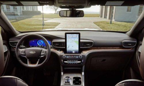 Передняя панель в новой версии внедорожника Форд Эксплорер 2020 года