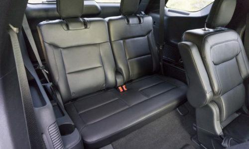 Двухместное сидение в задней части салона кроссовера Форд Эксплорер 2020 года