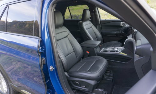 Перднее сидение с подлокотником в салоне внедорожника Форд Эксплорер 2020 года выпуска