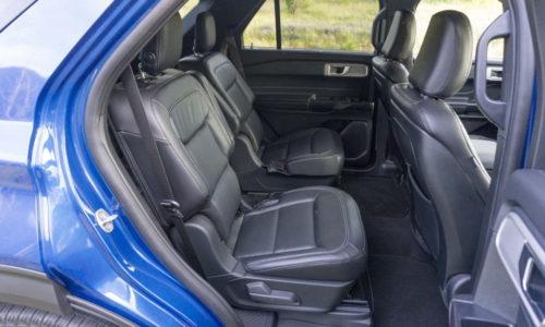 Пассажирские сидения внутри семиместного автомобиля Форд Эксплорер 2020 модельного года