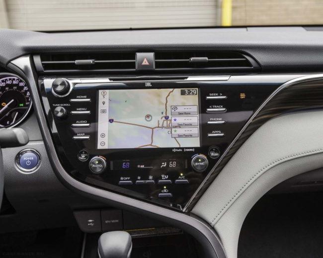 Дисплей в режиме навигатора на передней панели в Тойота Камри 2020 модельного года