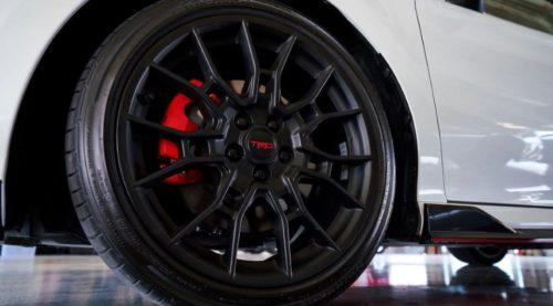 Литой диск на переднем колесе автомобиля Тойота Камри 2020 года