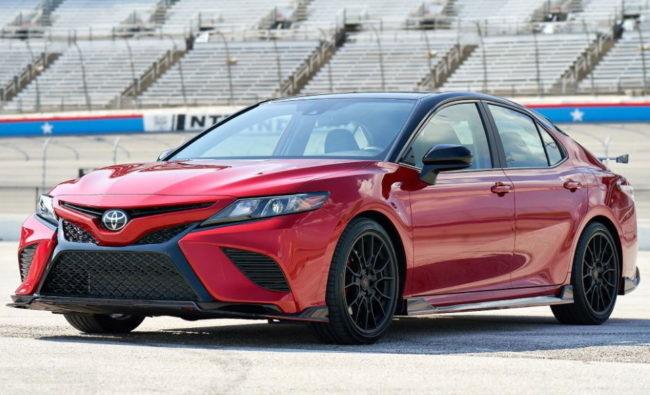 Японский седан Тойота Камри 2020 года производства красного цвета
