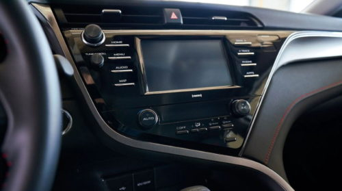 Монитор на передней консоли седана Тойота Камри 2020 года выпуска