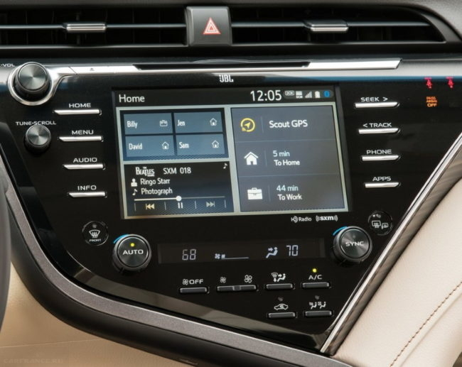 Дисплей мультимедийной системы на центральной консоли внутри Тойота Камри 2020 модельного года