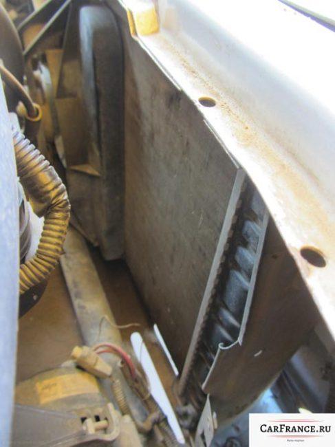 Радиатор охлаждения двигателя изнутри на Лада Приора и вентилятор