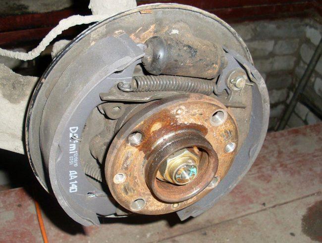 Задняя тормозная колодка в барабане без датчика АБС