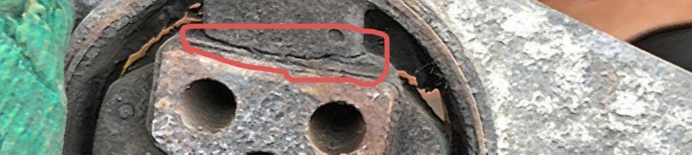 Порепанная опора двигателя на Лада Приора верхняя