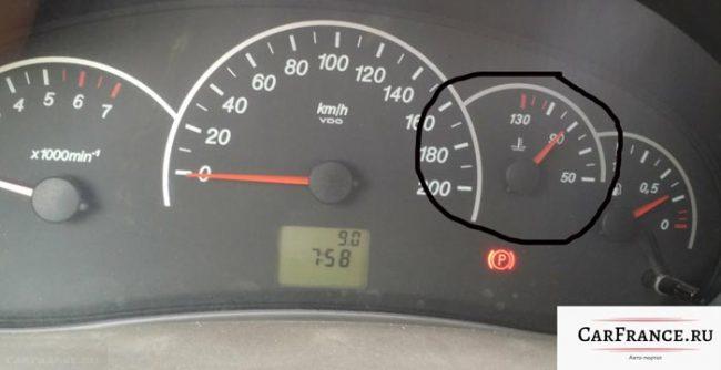 Температура двигателя в 90 градусов на панели приборов Лада Приора