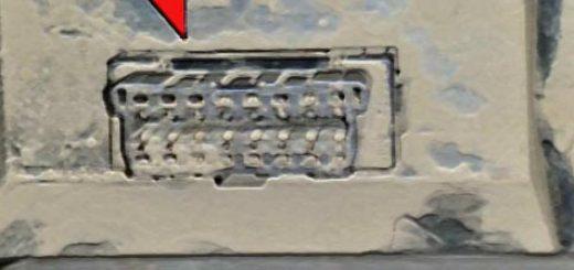 Диагностический разъём вблизи на Лада Приора в бардачке
