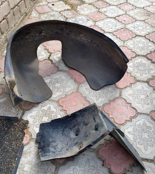 Демонтированный брызговик и защита ПТФ на Лада Приора