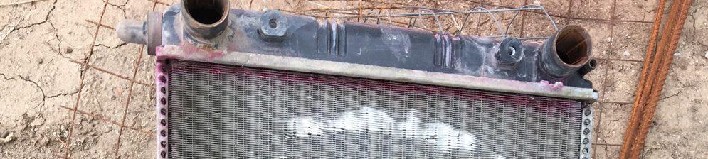 Потёкший сбоку радиатор охлаждения стоковый СААЗ на Лада Приора