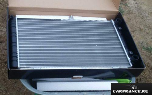 Соты радиатора охлаждения Wonderful на Лада Приора вблизи вариант без кондиционера
