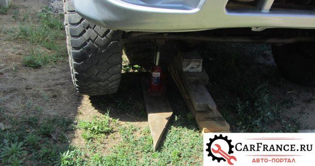 Переднее левое колесо поддомкрачено на УАЗ Патриот под мост стоит защита