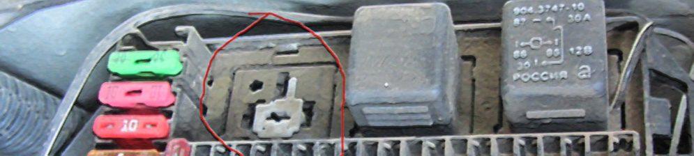 Монтажный блок с демонтированным реле стартера на УАЗ ПАТРИОТ
